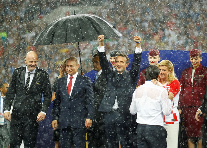 Tổng thống Pháp phấn khích ăn mừng World Cup trước mặt ông Putin - Ảnh 4.