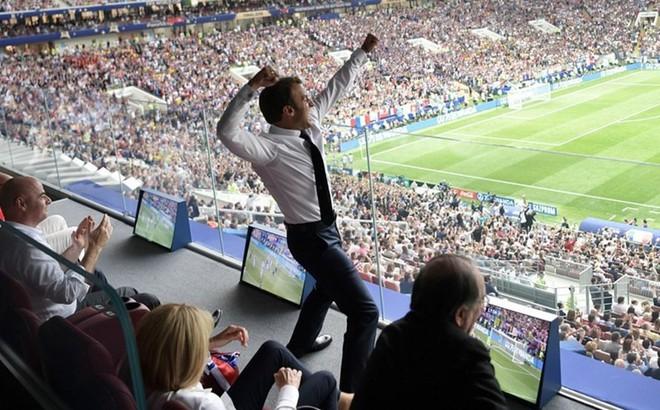 Tổng thống Pháp phấn khích ăn mừng World Cup trước mặt ông Putin