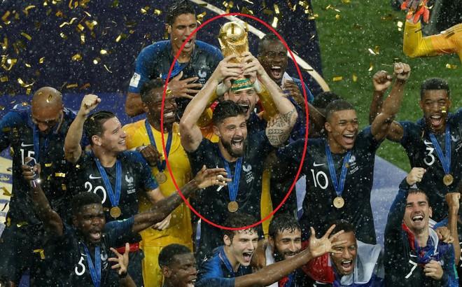 """Giroud: Cả World Cup chỉ biết sút trượt, nhưng lúc ăn mừng lại """"chọn vị trí"""" rất tinh tế"""