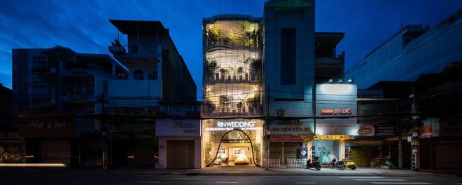 Cửa hàng váy cưới Việt được giới thiệu trên báo Tây - Ảnh 1.