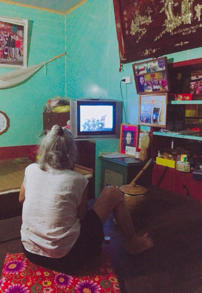 Bà nội 87 tuổi vẫn thích xem Tây Du Ký khiến cư dân mạng phải ôm tim vì quá dễ thương - Ảnh 1.