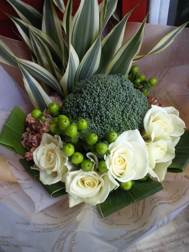 Chiều lòng cô nàng thích độc lạ, anh người yêu đã tặng một bó hoa chỉ toàn súp lơ xanh, có cả tỏi điểm danh - Ảnh 12.