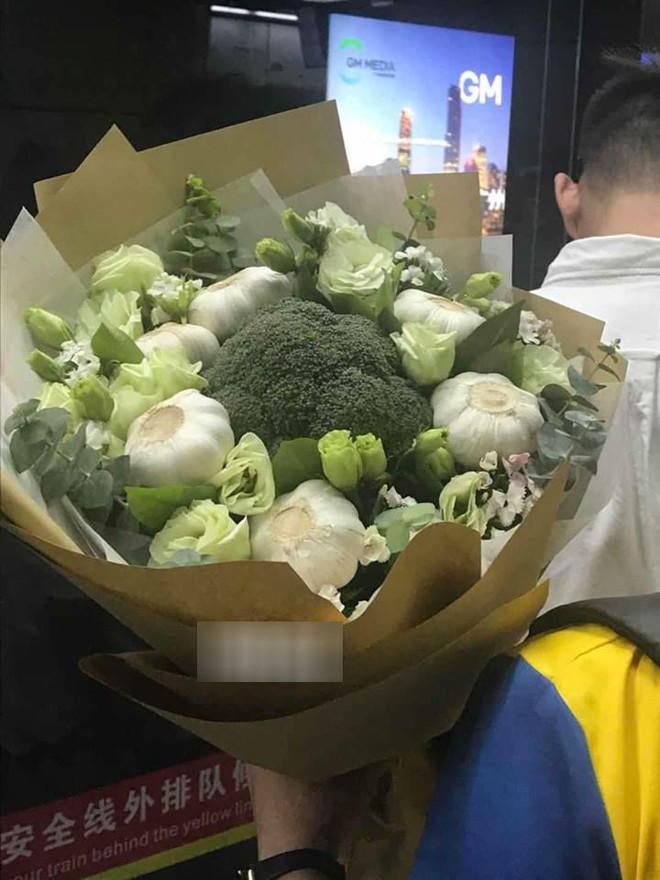 Chiều lòng cô nàng thích độc lạ, anh người yêu đã tặng một bó hoa chỉ toàn súp lơ xanh, có cả tỏi điểm danh - Ảnh 3.