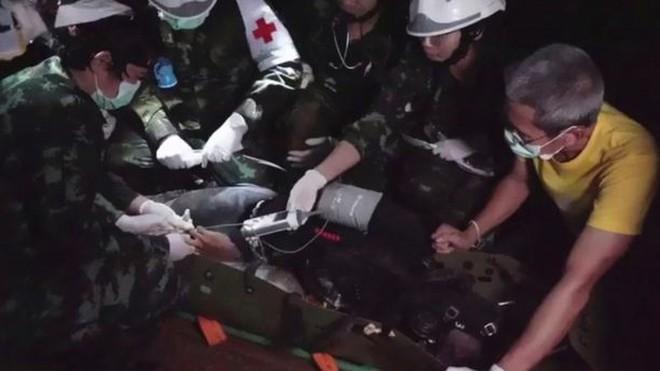 Thợ lặn cứu đội bóng Thái: Đã chuẩn bị tâm lý 3-5 cậu bé chết - Ảnh 3.