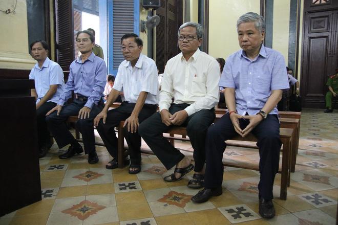 Nguyên phó thống đốc Đặng Thanh Bình nắm chặt tay cấp dưới trước khi bị tuyên 3 năm tù - Ảnh 3.