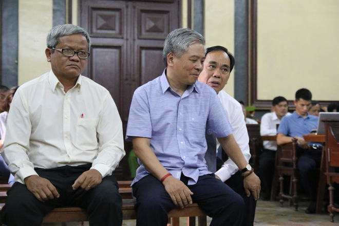 Nguyên phó thống đốc Đặng Thanh Bình nắm chặt tay cấp dưới trước khi bị tuyên 3 năm tù - Ảnh 2.