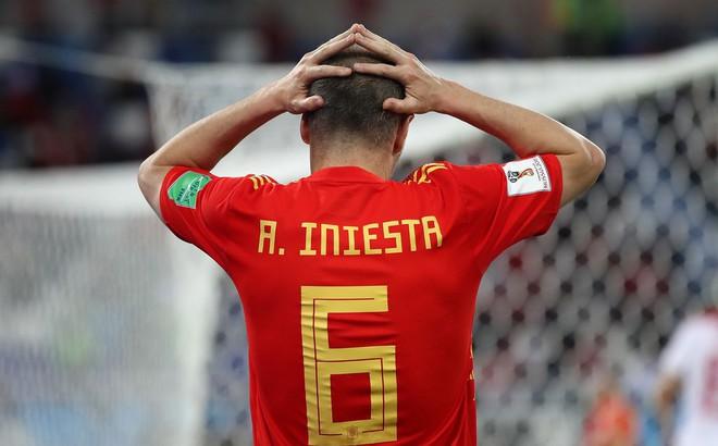 """Cựu sao Barca: """"Iniesta không đáng bị đối xử như thế, anh ấy nên từ giã đội tuyển"""""""