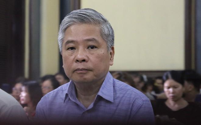Nguyên phó thống đốc Đặng Thanh Bình nắm chặt tay cấp dưới trước khi bị tuyên 3 năm tù