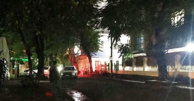 Nhiều cảnh sát cơ động đến Sở GD&ĐT Hà Giang lúc đêm khuya - Ảnh 10.