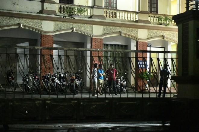 Nhiều cảnh sát cơ động đến Sở GD&ĐT Hà Giang lúc đêm khuya - Ảnh 1.