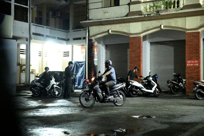 Nhiều cảnh sát cơ động đến Sở GD&ĐT Hà Giang lúc đêm khuya - Ảnh 8.