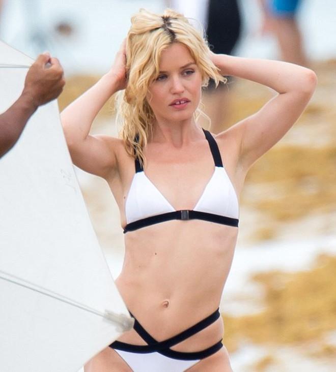 Con gái huyền thoại Rolling Stones hóa thiên thần bikini quyến rũ   - Ảnh 3.