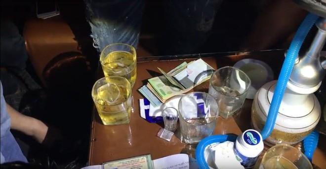 Ập vào quán beer club, công an đưa gần 30 người về trụ sở  - Ảnh 1.