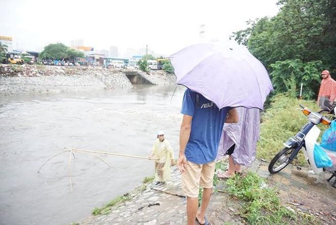 Người Hà Nội đổ xô ra sông bắt cá sau cơn mưa - Ảnh 4.
