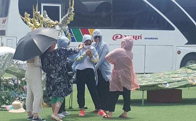 Nhóm chị em đi du lịch vẫn mặc như ninja để chụp hình, vừa có ảnh lưu niệm lại giữ gìn được làn da