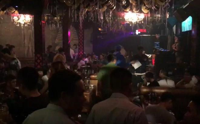 Ập vào quán beer club, công an đưa gần 30 người về trụ sở