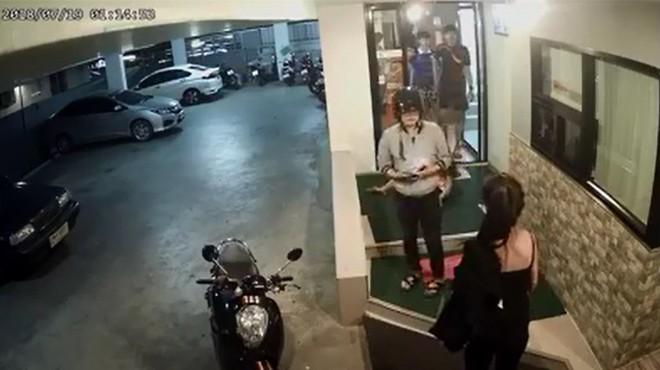 Cô gái bị đánh chảy máu trong hầm gửi xe, phản ứng của 4 thanh niên khiến tất cả lạnh gáy  - Ảnh 3.