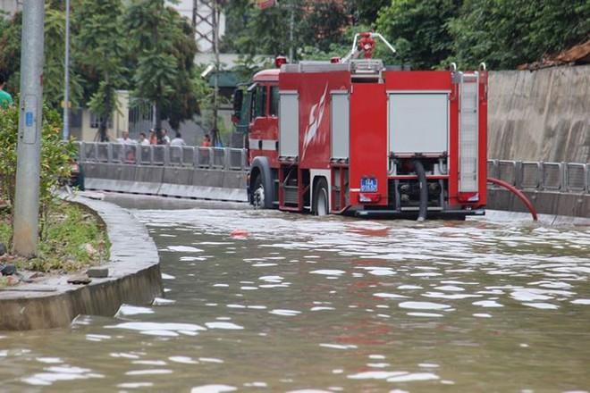 Hy hữu xe cứu hỏa đi cứu thủy chống ngập lụt ở Quảng Ninh - Ảnh 1.