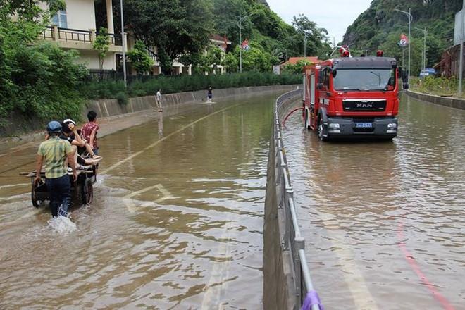 Hy hữu xe cứu hỏa đi cứu thủy chống ngập lụt ở Quảng Ninh - Ảnh 2.