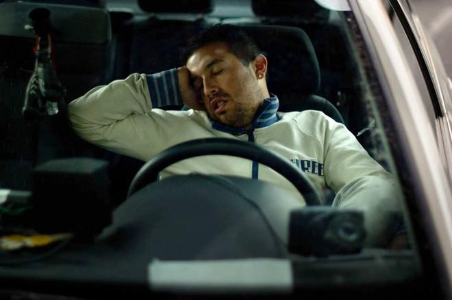 Tại sao chúng ta cứ ngồi lên xe ô tô là cơn buồn ngủ lại ập đến? - Ảnh 3.