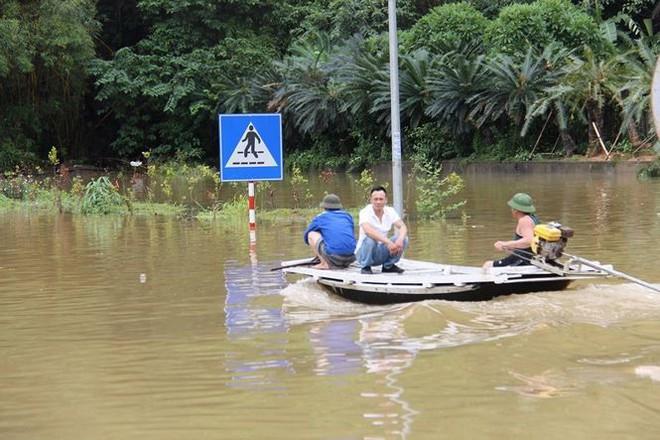 Hy hữu xe cứu hỏa đi cứu thủy chống ngập lụt ở Quảng Ninh - Ảnh 3.