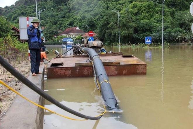 Hy hữu xe cứu hỏa đi cứu thủy chống ngập lụt ở Quảng Ninh - Ảnh 4.