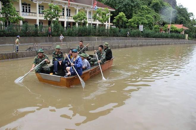 Hy hữu xe cứu hỏa đi cứu thủy chống ngập lụt ở Quảng Ninh - Ảnh 7.