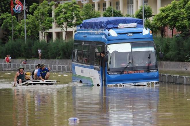 Hy hữu xe cứu hỏa đi cứu thủy chống ngập lụt ở Quảng Ninh - Ảnh 8.