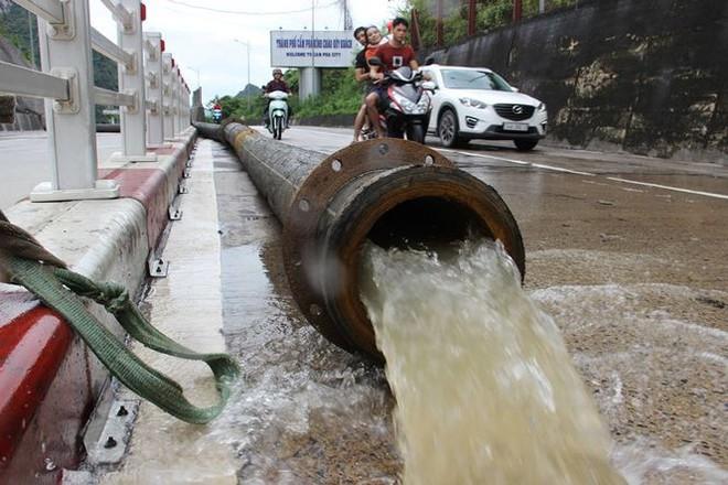 Hy hữu xe cứu hỏa đi cứu thủy chống ngập lụt ở Quảng Ninh - Ảnh 9.