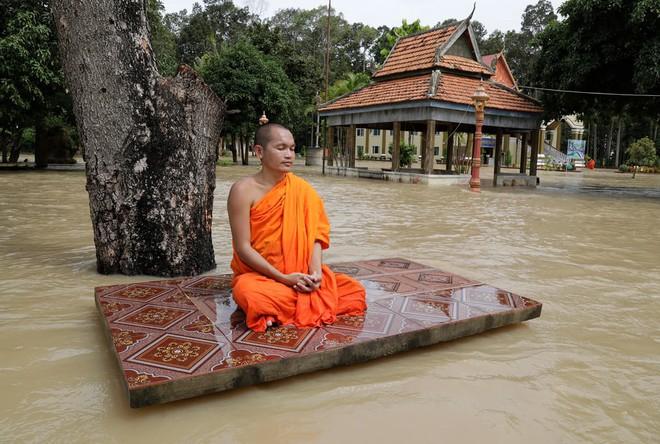 آرامش باورنکردنی راهب بودایی در سیل کامبوج! +عکس