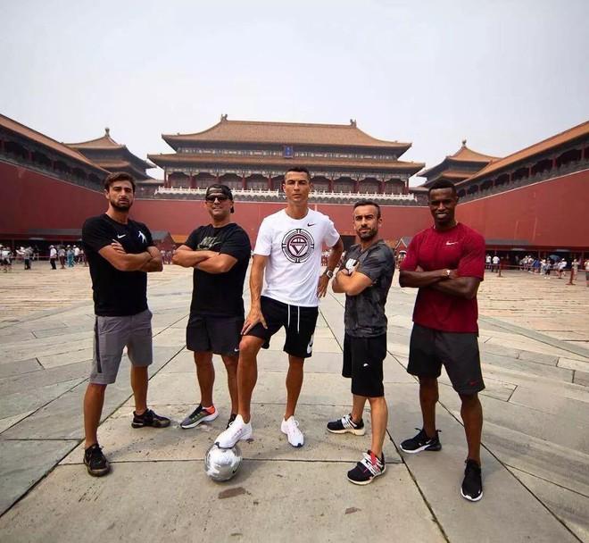Sự thật bất ngờ vụ Ronaldo mắc bệnh ngôi sao, tức tối bỏ về giữa cuộc phỏng vấn tại Trung Quốc - Ảnh 4.