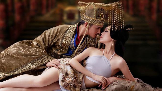Bi hài chuyện giường chiếu của hoàng đế Trung Hoa: Muốn chọn ai phải được hoàng hậu đồng ý, lúc hành sự có thái giám đứng gần theo dõi - Ảnh 1.