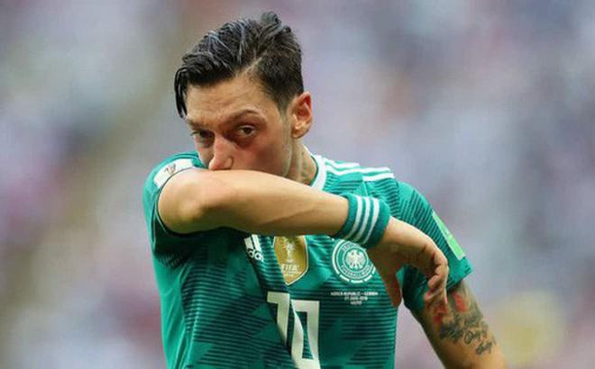 Người hâm mộ thế giới phẫn nộ khi Ozil từ giã tuyển Đức trong uất nghẹn