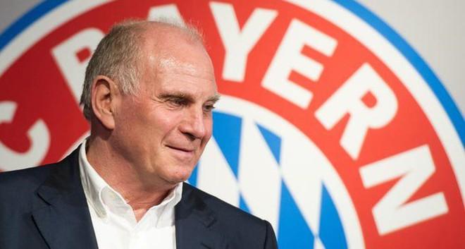 Chê Ozil hèn nhát, Chủ tịch Bayern Munich bị mắng là kẻ dối trá rẻ tiền - Ảnh 1.