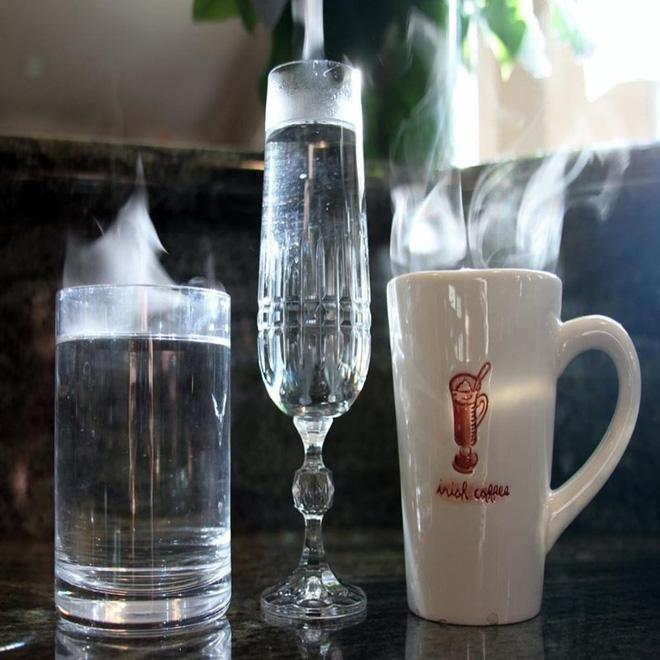 Thực hư uống nước nóng mát hơn uống nước lạnh - Ảnh 1.