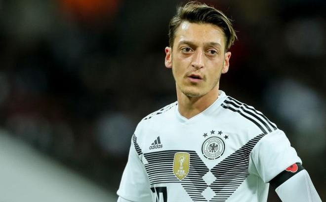 Chê Ozil hèn nhát, Chủ tịch Bayern Munich bị mắng là kẻ dối trá rẻ tiền