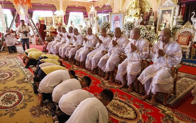 Đội bóng Thái Lan xuống tóc đi tu, thực hiện lời hứa khi còn mắc kẹt trong hang Tham Luang - Ảnh 1.