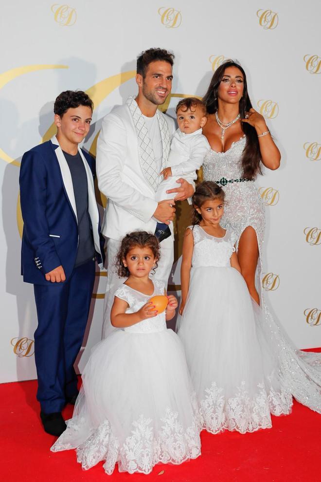 Fabregas đãi tiệc cưới, Messi và hàng loạt ngôi sao bóng đá đến chúc mừng - Ảnh 1.