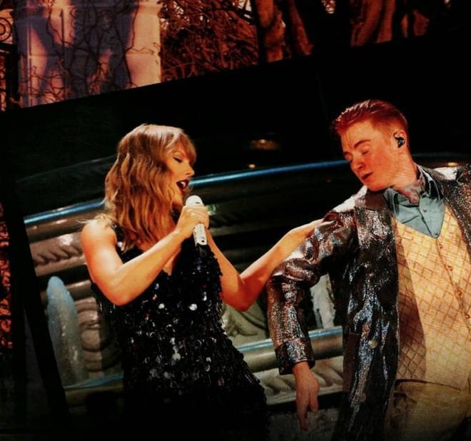 Taylor Swift nằm mơ cũng không ngờ có ngày bị chính dancer của mình gạt chân ngã chổng vó trên sân khấu - Ảnh 2.