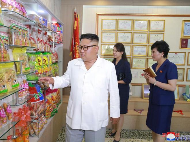 Phu nhân Triều Tiên Ri Sol-ju tái xuất, xinh đẹp rạng rỡ trong chuyến thị sát cùng chồng - Ảnh 1.