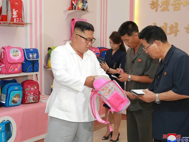 Phu nhân Triều Tiên Ri Sol-ju tái xuất, xinh đẹp rạng rỡ trong chuyến thị sát cùng chồng - Ảnh 6.