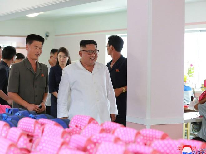 Phu nhân Triều Tiên Ri Sol-ju tái xuất, xinh đẹp rạng rỡ trong chuyến thị sát cùng chồng - Ảnh 7.