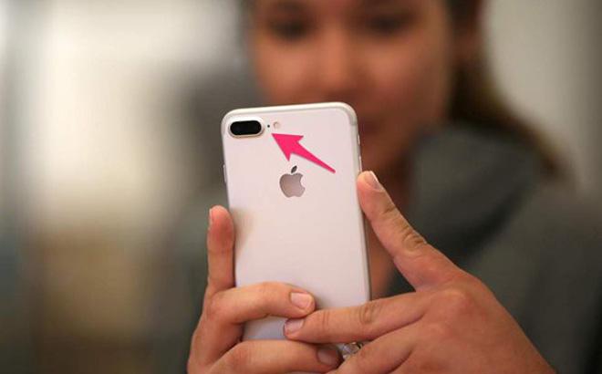 Dùng iPhone đã lâu nhưng bây giờ tôi mới hiểu lỗ tròn nhỏ ở bên cạnh camera sau dùng để làm gì