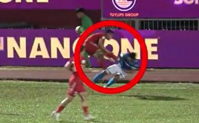 Sầm Ngọc Đức bị phạt cực nặng, nghỉ hết V.League 2018 sau pha đạp thẳng vào ngực đối thủ
