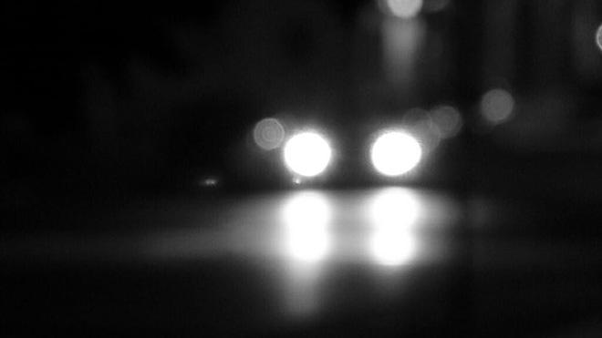 Nếu có kẻ chiếu đèn ô tô vào bạn, hãy khóa cửa xe và lái đi ngay lập tức và đây là lý do - Ảnh 1.