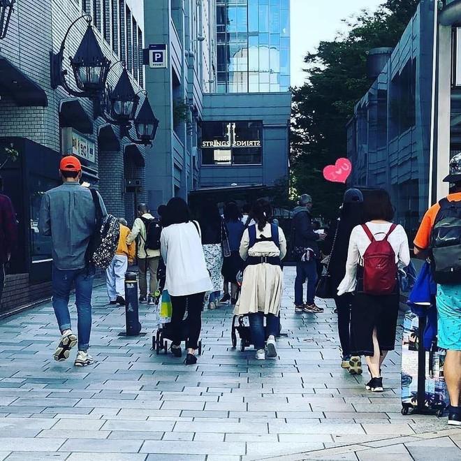 Lộ ảnh Kim Tae Hee phát tướng sau khi sinh con, vui vẻ đi hẹn hò với Bi Rain ở Hong Kong? - Ảnh 2.