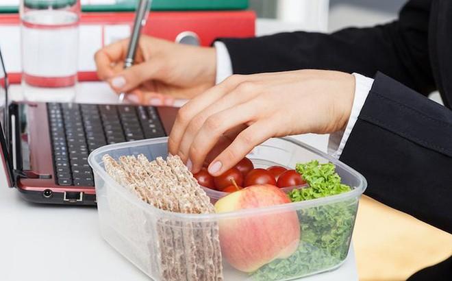 Vì sao bạn không nên ăn trưa tại bàn làm việc? - Ảnh 2.