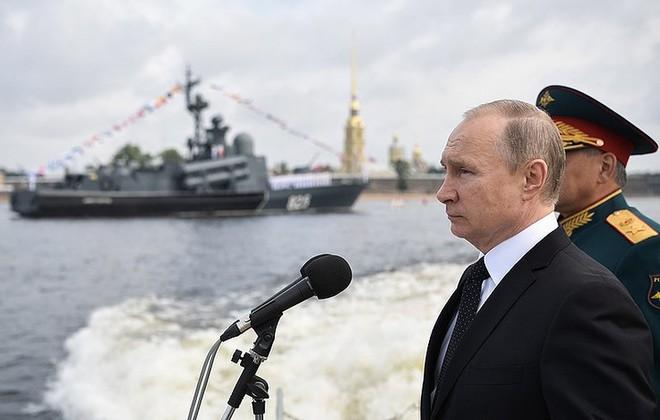 Giữa 40 tàu chiến Nga tham gia duyệt binh, có một ngôi sao - Ảnh 1.
