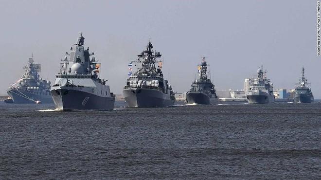 Giữa 40 tàu chiến Nga tham gia duyệt binh, có một ngôi sao - Ảnh 2.