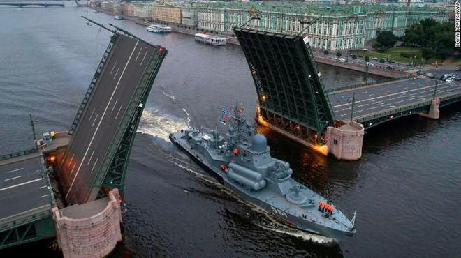 Giữa 40 tàu chiến Nga tham gia duyệt binh, có một ngôi sao - Ảnh 4.